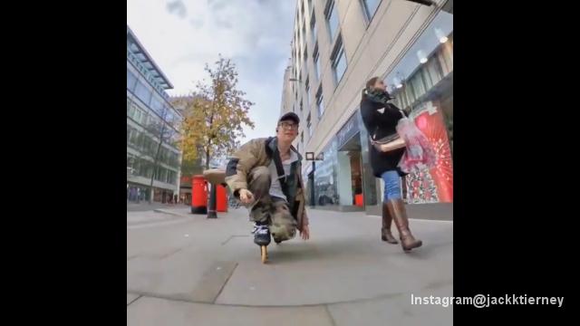 インラインスケートで街中を颯爽と走り抜ける男性 → 最後のオチは演出?